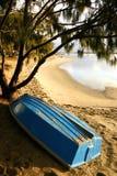 Bateau par la plage Photos libres de droits