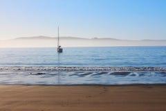 Bateau par la plage Photographie stock