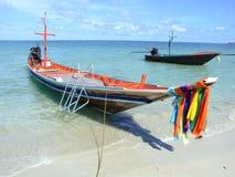 Bateau par le rivage, Thaïlande Photo stock