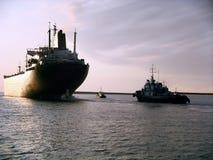 Bateau partant du port pour le crépuscule ou l'aube Photo libre de droits