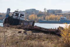 Bateau partiellement démantelé sur la rivière Image libre de droits