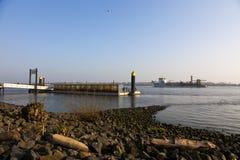 Bateau passant le point bienvenu sur l'Elbe Photographie stock