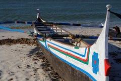 Bateau peint sur la plage photos stock