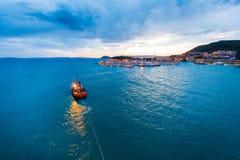 Bateau pilote dans la fente, Croatie Photos libres de droits