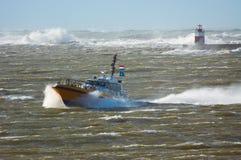Bateau pilote dans une tempête Image libre de droits