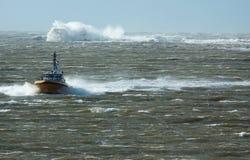 Bateau pilote dans une tempête Photographie stock libre de droits