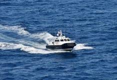 Bateau pilote expédiant par l'eau de mer bleue photo libre de droits