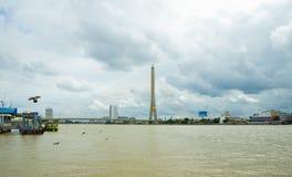 Bateau pour le touriste traversant la rivière un samedi images libres de droits