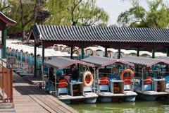 Bateau près avec le vieux village de la Chine Image stock