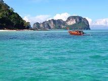 Bateau près de l'île en bambou, Thaïlande Images stock