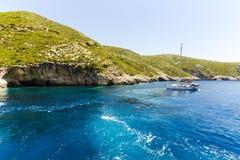 Bateau près de la côte de Zakynthos Photographie stock libre de droits
