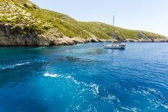 Bateau près de la côte de Zakynthos Image libre de droits