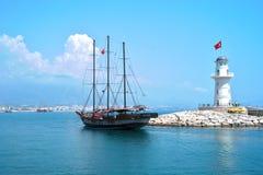 Bateau près de phare, Alanya, Turquie Photographie stock libre de droits