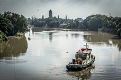 Bateau près de temple d'Ayutthaya Photographie stock
