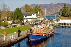 Bateau prêt à entrer dans Loch Ness. photos libres de droits