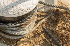 Bateau puissant enroulé de fixation d'ancrage par câbles de fer de piédestal en pierre sur l'espace en gros plan de copie de fond image libre de droits