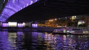 Bateau récréationnel sur la rivière de Moscou banque de vidéos