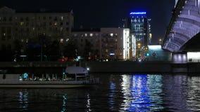 Bateau récréationnel sur la rivière de Moskva à Moscou Automne 2015 clips vidéos