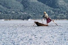 Bateau ? rames de p?cheur par la jambe sur le lac Inle, Myanmar photographie stock