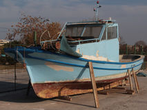 Bateau retiré se reposant sur le rivage sur des supports image libre de droits