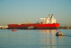 Bateau rouge dans le port Photographie stock libre de droits