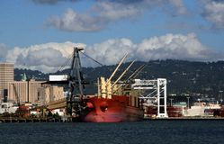 Bateau rouge de coque au dock Photo libre de droits