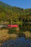 Bateau rouge et réflexion Photo stock