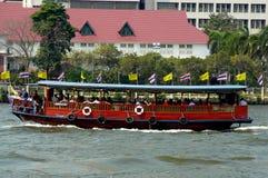 Bateau rouge sur Chao Phraya River à Bangkok photo libre de droits