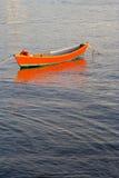 Bateau rouge sur l'eau Photo stock