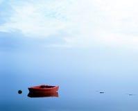 Bateau rouge sur le loch. (l'Ecosse). Image stock
