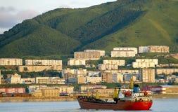 Bateau rouge sur le port Kholmsk de route Photo stock