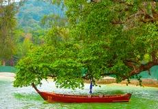 Bateau rouge sur un lac photo libre de droits