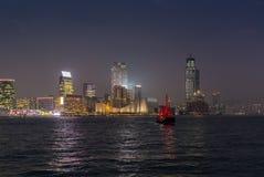Bateau rouge traditionnel d'ordure dans Victoria Harbor en Hong Kong à Photos stock