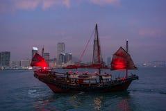 Bateau rouge traditionnel d'ordure dans Victoria Harbor en Hong Kong Photographie stock