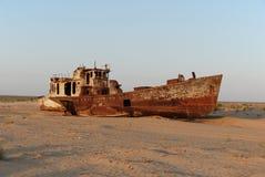 Bateau rouillé de flotte de pêche de mer d'Aral Image stock