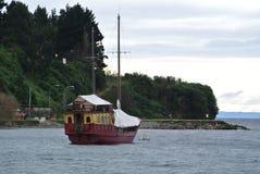 Bateau se reposant chez Puerto Varas, Chili Photographie stock libre de droits