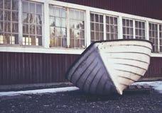 Bateau se reposant sur la terre pendant l'hiver image stock