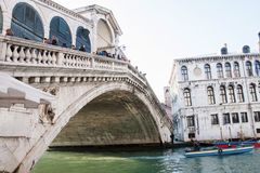 Bateau sous le pont de Rialto, Venise, Vénétie, Italie Photographie stock