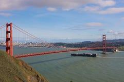 Bateau sous le pont en porte d'or Photos libres de droits