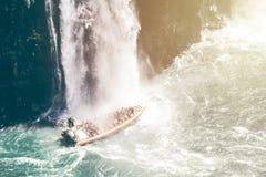 Bateau sous une cascade Photos libres de droits