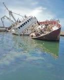 Bateau submergé au dock Image stock