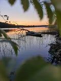 Bateau submergé dans le coucher du soleil photo stock