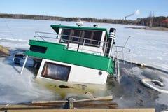 Bateau submergé dans le port de Lappeenranta à l'hiver Images libres de droits