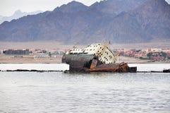 Bateau submergé vis-à-vis de l'île de Tiran en Mer Rouge en Egypte Photo libre de droits