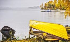 Bateau sur des rivages, lac Pyhajarvi, Finlande Photos stock