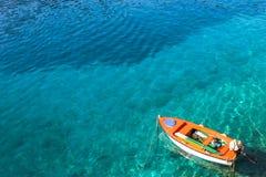 Bateau sur l'eau clair comme de l'eau de roche photographie stock libre de droits