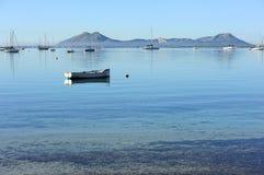 Bateau sur l'eau près de la côte images stock