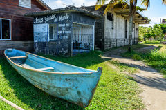 Bateau sur l'herbe, Livingston, Guatemala Photos stock