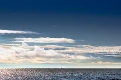 Bateau sur l'horizon Photos stock