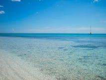 Bateau sur l'horizon de mer Photographie stock